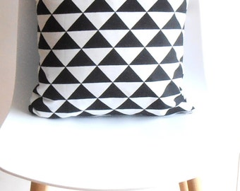 Cushoin cover black/white graphic triangle 40x40