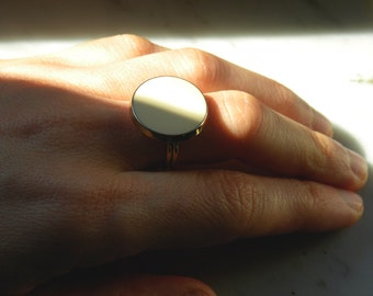 Vintage button ring with smooth cream colour