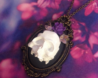 Table necklace skull and purple flowers