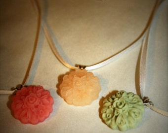 """Round Floral Pendant on 17"""" Necklace"""