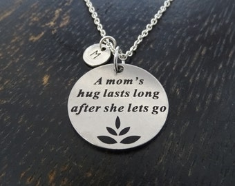 A Mom's hug lasts long after she lets go Necklace, Mother Necklace, Mom Necklace, Daughter Necklace, Daughter Jewelry, Memory Necklace