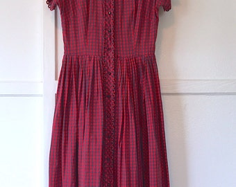 vintage. red plaid 50s dress. size small/ medium. pleated skirt. buttons up front. peter pan collar.