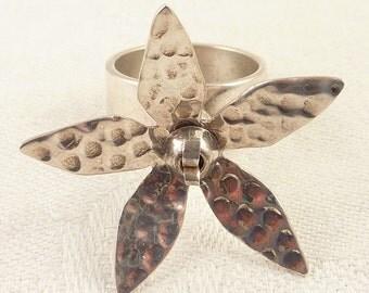 Size 7.5 Vintage Hammered Sterling Spinning Flower Ring