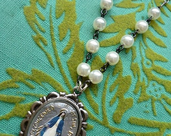 Mary in Pearls // Beautiful Vintage Virgin Mary Cameo Necklace, 1950s Handpainted Intaglio Cameo, Silver Chain, Pearls Holy Medal Catholic