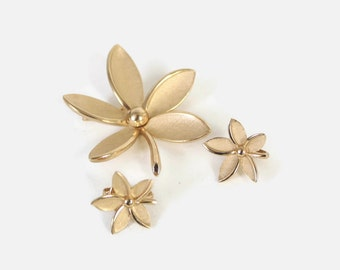 Vintage 60s TRIFARI SET / 1960s Demi Parure Etched Matte Gold Flower Brooch and Earrings