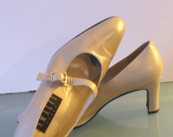 Amalfi Made in Italy Pearlescent Taupe Mary Janes Size 9AA US