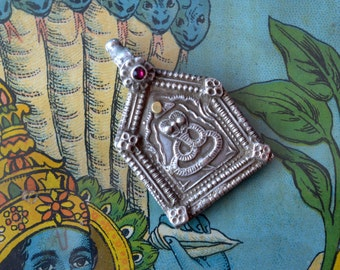 Rare silver snake pendant tribal Naga cobra yoga protection amulet silver gold & ruby glass Indian antique vintage
