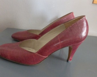 80s snakeskin heels. EU size 39 / US size 8.5.  Bordeaux high heeled top quality pumps, heel height 9 cm. In excellent vintage condition.