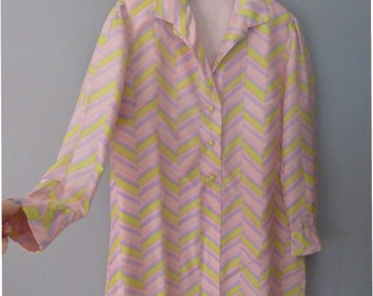 60s shirt dress. L size . Polyester dress in pastel retro tones, fully lined with small shoulder pads. In a good vintage condition.