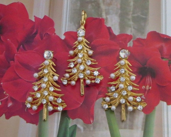 Christmas Tree Jewelry Set, Vintage, Rhinestone & Faux Pearl Pendant, Pierced Earrings, Sparkly! CIJ