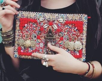 Pochette ethnique rouge SARALIALACA brodée en France de bijoux afghans, pompoms et coquillages - sac à main ethnique