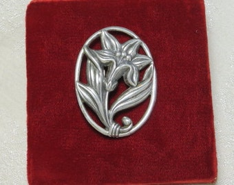 Vintage Art Nouveau Deco era nicely detailed sterling silver lily flower pin brooch