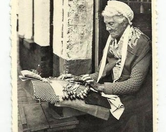 LACEMAKER old Woman working with BOBBINS - BRUGES, Belgium - Vintage real photo Postcard - years 1950 - Spitzenklöpplerin - Good Condition