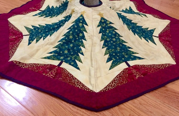 Quilted tree skirt, quilted Christmas tree skirt, Christmas tree patchwork tree skirt in red green and gold with golden metal clasps