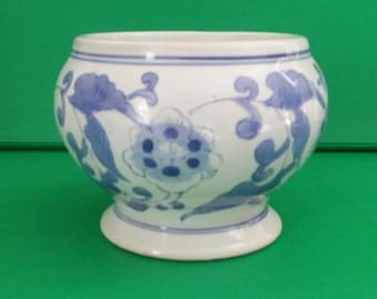 Vintage Blue and White Chinese Porcelain Planter Cachepot Footed Urn Vase Chinoiserie Hollywood Regency