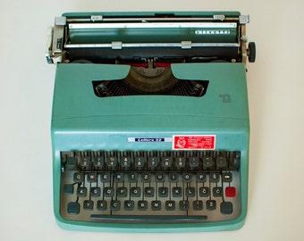Vintage Typewriter, Olivetti Ivrea Lettera 32 Typewriter, Made in Italy, Typing Machine, Manual typewriter with case, Refurbished typewriter