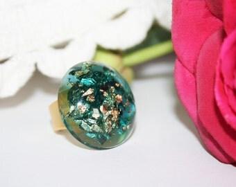 Verstellbarer Ring Vergoldet Runder Basis Mast 22 K + Smaragd Grün Gefärbten  Harz Mit Einsätzen Von