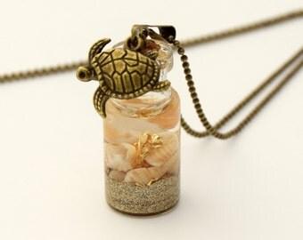 Pendentif fiole en verre plage dorée, pendentif bouteille en verre, vial, coquillage et sable,