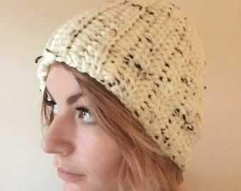 Slouchy beanie hat In speckled white