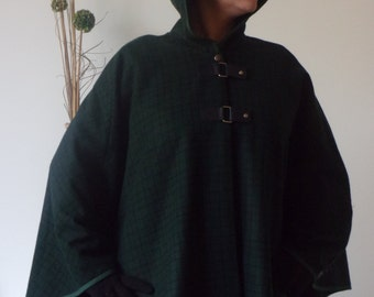 Cape with hood in wool.