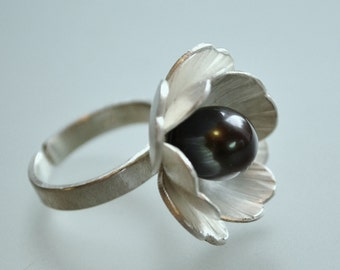 Silver flower ring with fresh water pearl.