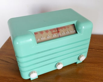 A rare beautiful Bakelite Masteradio D110, green Bakelite, plaskon, urea, valve table radio, 1946