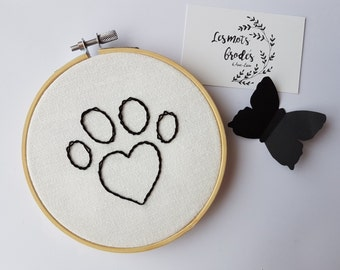 Embroidery paw of dog/cat on circle embroidery
