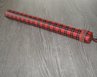 Range aiguilles tricoter. Boite écossaise. Scottish Box. Vintage. Retro. Pour tricot. For knitting