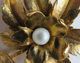 Vintage Brooch Vintage Gold Tone Flower Brooch With Faux Pearl Flower Pin with Single Faux Pearl Vintage Jewelry Costume Jewely Vintge Pin