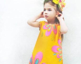 Gelb cord Kleid mit Blumenaplikatinonen