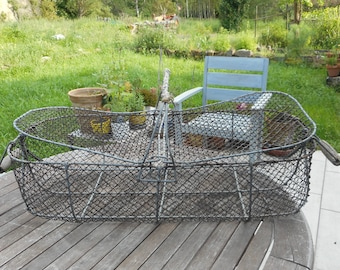 French vintage Wire basket, metal frame and mesh to hen of the 1950s