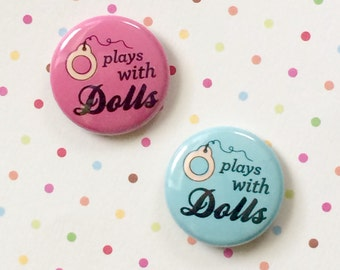 "PLAYS WITH DOLLS 1"" Pin Button Blythe Doll"