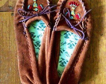 Vintage 1980's Taos womens thunderbird beaded moccasins. Size 10