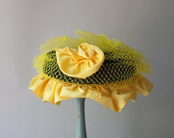 1950s Hat / Vintage 50s Busy Bee Cap-ette Hat / Black and Yellow Rose Ruffled Hat