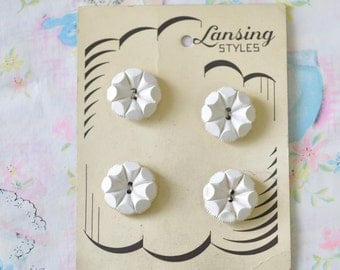 adorable vintage white flower shaped Lansing buttons / vintage buttons on vintage card