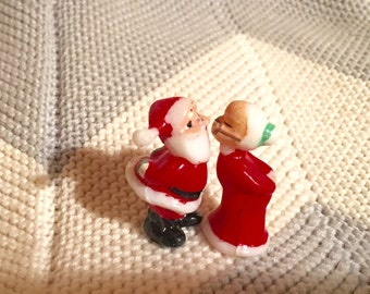 Mini Santa and Mrs. clause kissing