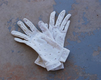 Clearance SALE vintage 50s Gloves - 1950s White Eyelet Embroidered Gloves