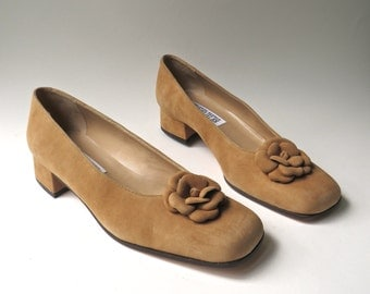 vintage Caramel Brown Suede Pumps with Decorative Ruffled Suede Flowers NOS / Saks Fifth Avenue Folio Collection