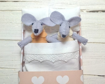 Valentine heart miniature Hand made doll felt mouse with matchbox bed miniature mice plushies stuffed animal handmade animal caramel beige