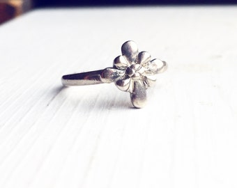 Vintage Flower Ring / Antique Silver Size 6 / Boho Style