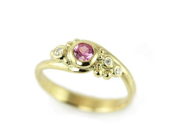 Gold ring with pink sapphire - A romantic universe