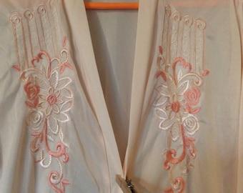 Silky soft robe/duster open front,long nylon XXL sindrella L/S embroidered/with tie/excellent vtg condition peach