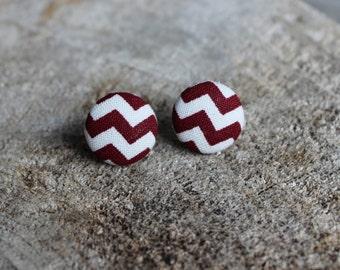 Boucle en tissu chevron bourgonne et blanc // Chevron fabric Cover button earrings burgundy and white (BO-1060)