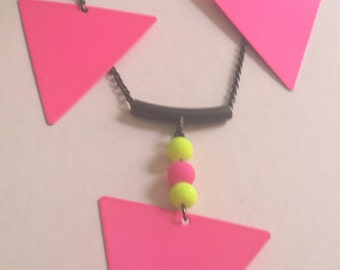 collier triangle fluo