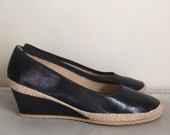 Never Worn • Vintage 1960s Shoes / 60s Wedges • Black Patent And Straw by Browsabouts Size 6.5 W