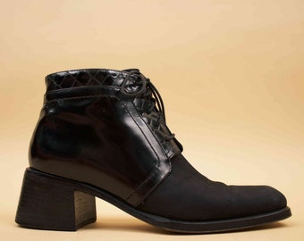 90s Vtg Black Leather & Suede Chukka Ankle Boot / Lace Up MINIMALIST Mod Sleek Chunky Platform Wood Heel / US 6.5 AA- 6 Euro 37 - 36.5