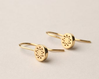 Round dangle earrings with dot patern in silver, goldplated