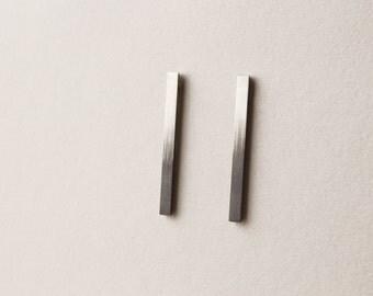 Ombre bar studs in silver/black, square