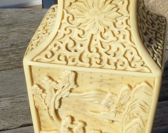 Vase en resine ivoirine sculpté vintage