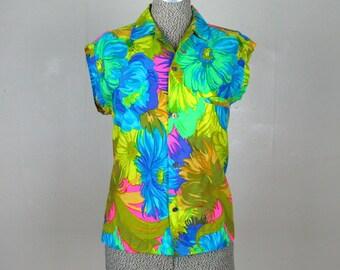 Vintage 1960s Blouse 60s Tropical Floral Print Cotton Blouse with Cool Buttons Size M/L